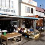 国道231号線沿いにある臼谷漁港内には漁師直売店が軒を連ねる