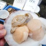 漁師直売所で新鮮な海の幸をその場で試食